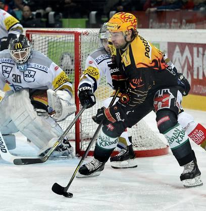 Der Berner Torschütze Byron Ritchie im Angriff aufs Tor von Zug-Goalie Jussi Markkanen.