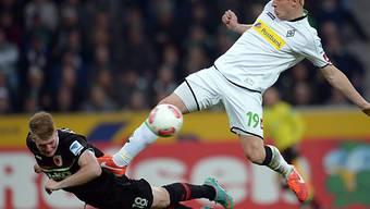 Augsburgs Callsen-Bracker mit riskantem Einsatz gegen Mike Hanke.