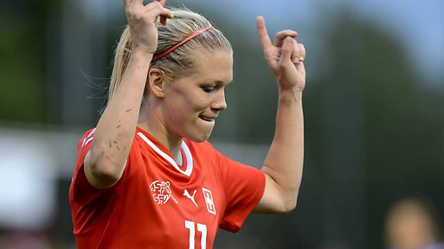 Lara Dickenmann als Doppeltorschützin gegen Serbien