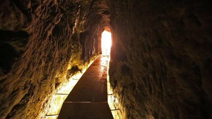 Meyersche Stollen, Aarau: Besucher der Meyerschen Stollen in Aarau sollten eine Jacke mit in den Untergrund nehmen. Im 200-jährigen Stollensystem herrschen Temperaturen zwischen 18 und 20 Grad. «Die Stollen liegen 17 Meter unter der Oberfläche und unter einer dicken Lehmschicht», sagt Hélène Klemm, Archäologin und Co-Präsidentin der IG Meyersche Stollen. Frei zugänglich ist der Aarauer Untergrund nur am ersten Wochenende des Monats von 14 bis 16 Uhr. Führungen können unter www.meyersche-stollen.ch gebucht werden.