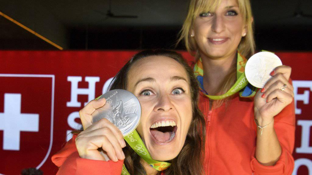 Die Freude über die Silbermedaille ist bei Martina Hingis (links) und Timea Bacsinszky auch im House of Switzerland immer noch gross