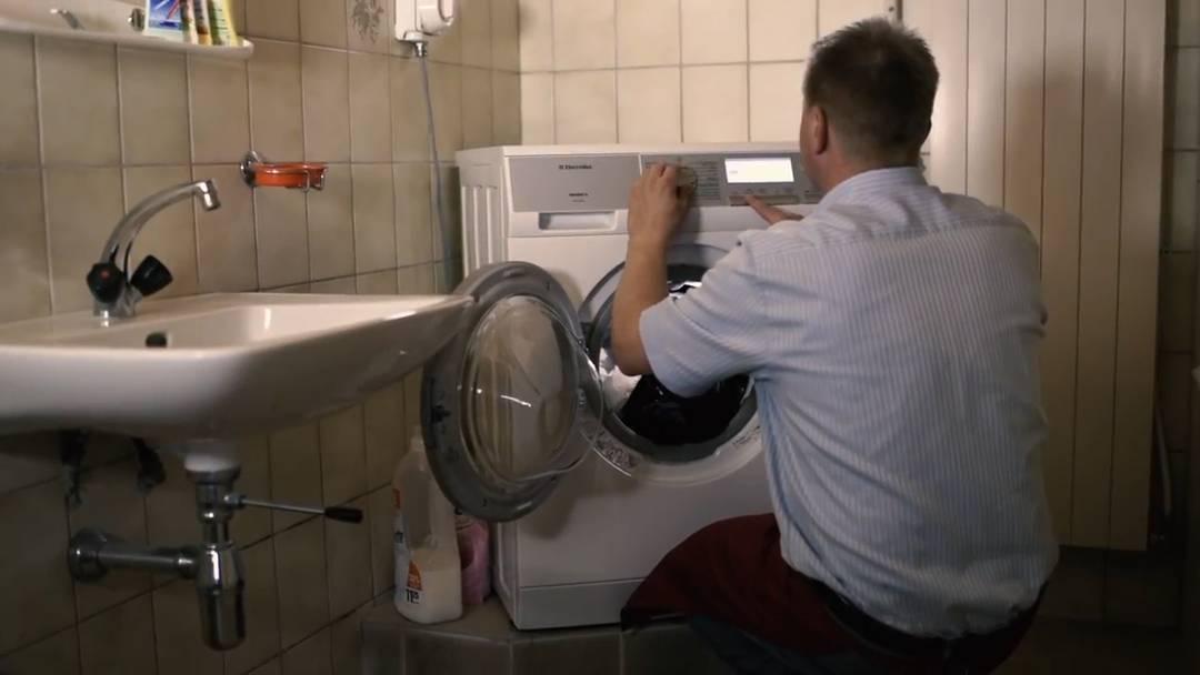 Nicht sein Ding: Toni Brunner bei der Hausarbeit.