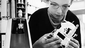 """In Zürichs Spielwarengeschäften war aufgrund der bevorstehenden Mondlandung der Nasa im Juli 1969 die Nachfrage nach diesem Plastikguss der Saturn-V-Rakete und des Landemoduls """"Eagle"""" grösser als das Angebot. (Archivbild)"""