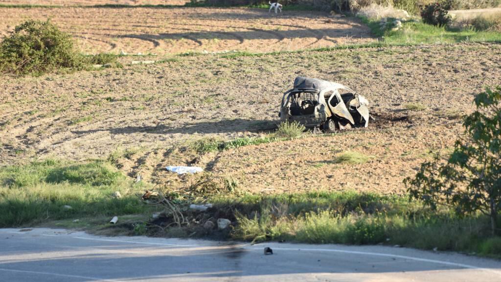 ARCHIV - Das explodierte Wrack des Autos der populären Bloggerin und Journalistin Daphne Caruana Galizia steht auf einem Acker in Mosta auf Malta. Foto: Rene Rossignaud/AP/dpa