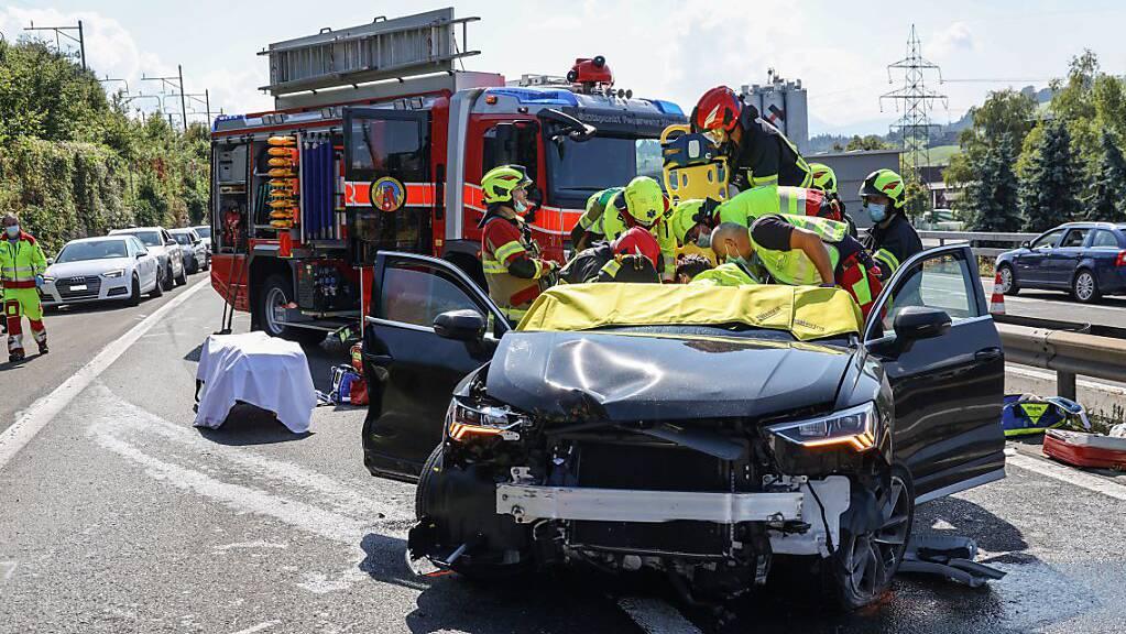 Bei einem schweren Unfall auf der A4 im Kanton Zug wurden sechs Personen verletzt, mehrere von ihnen lebensbedrohlich.