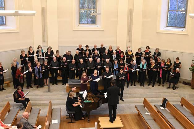 Der Singkreis Wettingen mit vier Gesangssolisten und zwei Pianisten beim Konzert in der reformierten Kirche in Baden.