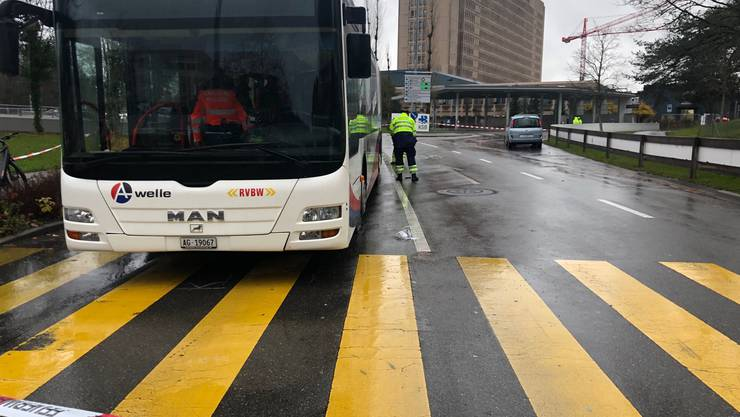 Baden AG, 29. November: Ein 75-jähriger wird auf dem Fussgängerstreifen von einem Renault angefahren und unter einen Linienbus geschleudert und eingeklemmt.