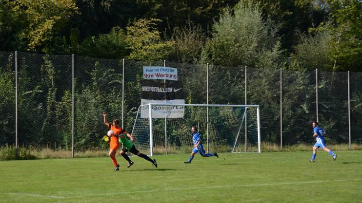 Oetwil-Geroldswils Marco Brandenberger (links, oranges Trikot) wird von Engstringens Manuel Gabrieli (rechts, grünes Trikot) gefoult - Penalty.