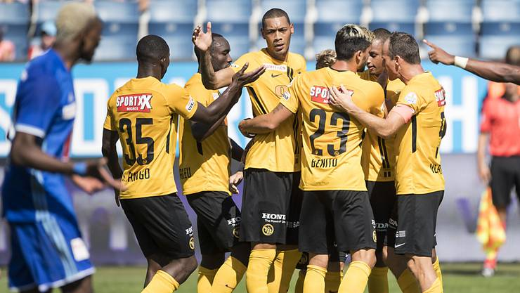 Die Young Boys mit Doppeltorschütze Guillaume Hoarau (Mitte) bejubeln den 3:2-Sieg in Luzern