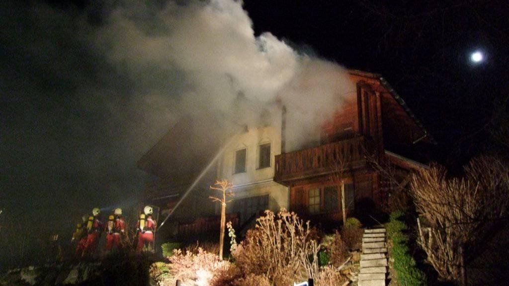 Die Feuerwehr bekämpfte während mehrerer Stunden das Feuer, das an Heiligabend in einem Ferienhaus in Cunter GR ausgebrochen war.