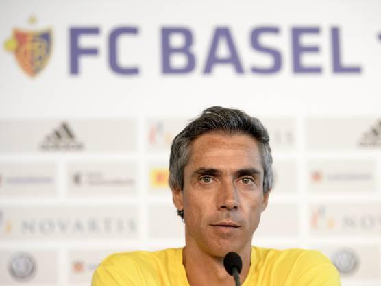 Sousa als Trainer von Maccabi Tel Aviv bei einer Pressekonferenz im St. Jakobs-Park.