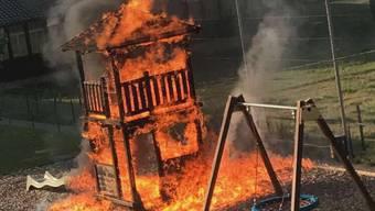 Der in Flammen stehende Spielturm.
