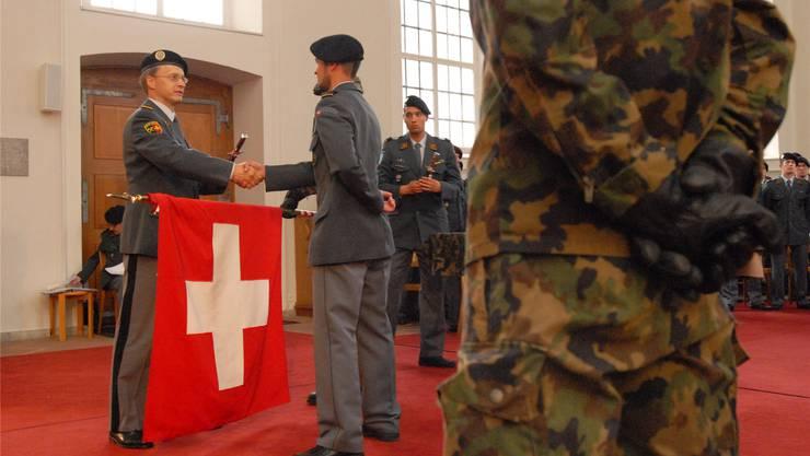 Oberst Nico Jungo, Kommandant der Genie UOS/RS 73 Brugg (l.), befördert seine Leute