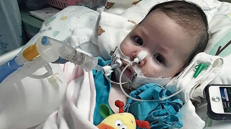 Amelia muss in einem Spital in Thailand beatmet werden.