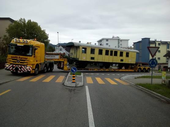 Der Transport an einem Kreisel in Hinwil. © zvg