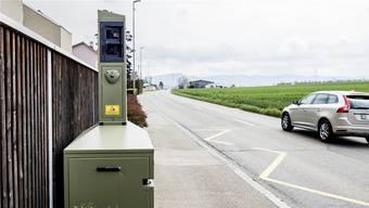 Die umstrittene Radar-Anlage an der Therwilerstrasse, aufgenommen aus Richtung Biel-Benken.Kenneth Nars