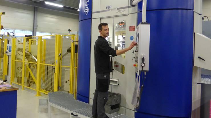 Selim Sakal, Meister in der Feinstanzerei, bedient die neue Feintool-Maschine der Etampa.