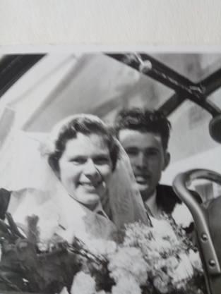 Brigitte und Albert Weder-Bolle im Hochzeitscar am 8. Juli 1955