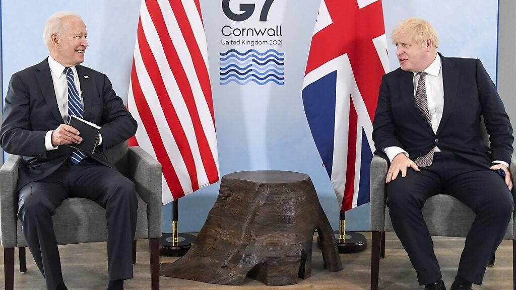 US-Präsident Joe Biden (l) und Großbritanniens Premierminister Boris Johnson (r) sitzen während eines gemeinsamen Treffens vor dem G7-Gipfel in Carbis Bay in Cornwall zusammen. Foto: Toby Melville/reuters pool/AP/dpa