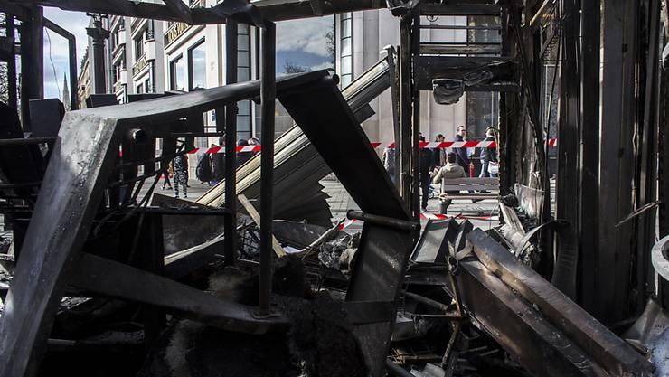 """Bei den """"Gelbwesten""""-Protesten wurde die Terrasse des Promi-Restaurants Fouquet's an der Prachtstrasse Champs-Élysées in Brand gesteckt. (Archivbild)"""