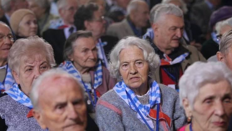 Ehemalige Auschwitz-Häftlinge gedenken auf dem Gelände des ehemaligen Vernichtungslagers des Völkermordes durch die Nationalsozialisten.