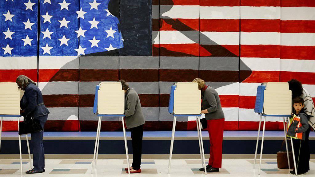 Wähler füllen in Boxen ihre Wahlzettel aus - hier in einer als Wahllokal genutzten Schule in Chesterfield, Virginia. Rund 219 Millionen Wahlberechtigte bestimmen bei der Wahl die Nachfolge von US-Präsident Barack Obama.