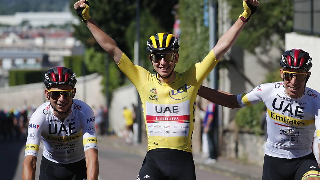 Begleitet von seinen Teamkollegen lässt sich Tadej Pogacar auf der Schlussetappe als Gesamtsieger der 108. Tour de France feiern