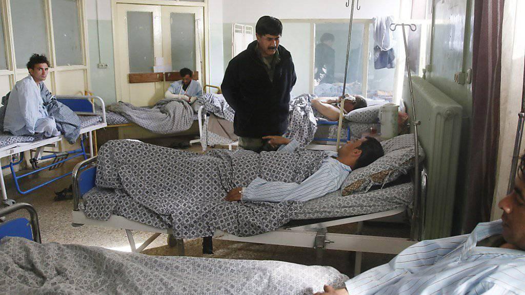 Überlebende des Angriffs im Militärspital in Kabul berichten von Angestellten, die auf Patienten und Personal geschossen hätten.
