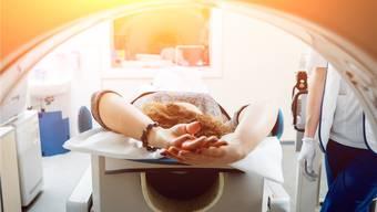 Während Patienten von neuen Krebstherapien profitieren, steigen deren Kosten aufgrund neuer Medikamente markant. Shutterstock