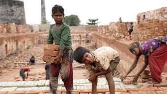 Die Konzernverantwortungsinitiative wird zurückgezogen, wenn der Gegenvorschlag unverändert durch das Parlament kommt. Im Bild Kinder bei der Arbeit in Bangladesch. (Symbolbild)