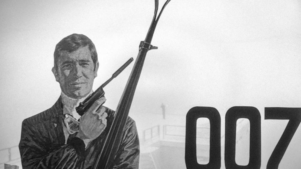 Das 007-Logo und eine Bondfigur anlässlich einer Pressefahrt zum neuen James Bond Films ‹Im Geheimdienst ihrer Majestaet›.