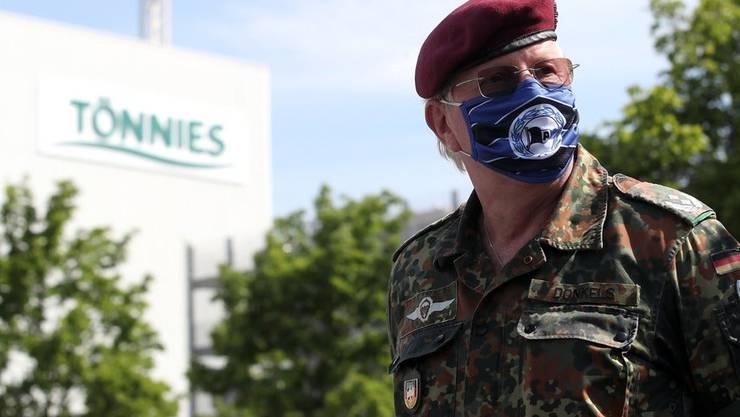 Ein Kommandant der Bundeswehr überprüft den Aufbau eines Corona-Testcenters vor der Fleischverarbeitungsfabrik der Firma Tönnies in Rheda-Wiedenbrueck.
