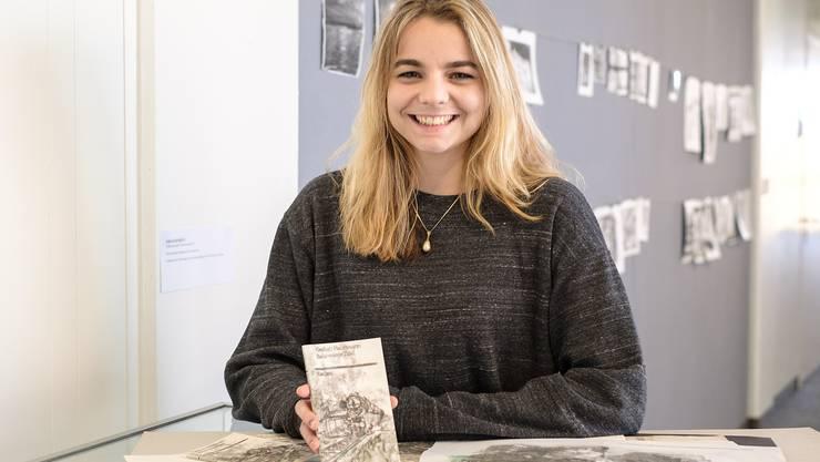 Solange Maréchal im Schulhaus Oberwil mit der von ihr gestalteten Ausgabe und ihren Skizzen.