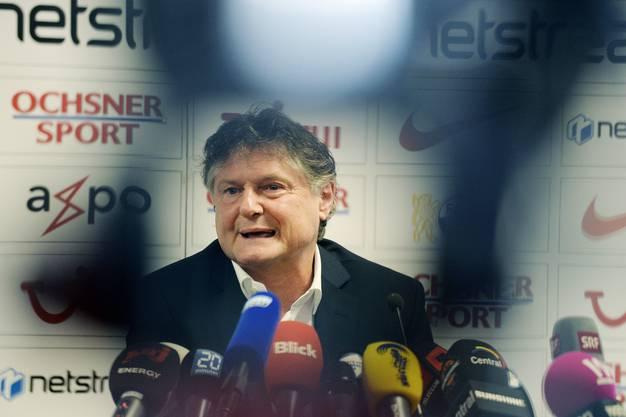FC-Präsident Ancillo Canepa vor den Medien.