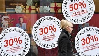 """Die Aktionen am letzten """"Black Friday"""" im November 2018 sorgten in Appenzell Ausserrhoden für eine messbare Verkehrszunahme wegen der vielen Shoppingfahrten in St. Galler Einkaufszentren. Symbolbild KEYSTONE/Walter Bieri)"""
