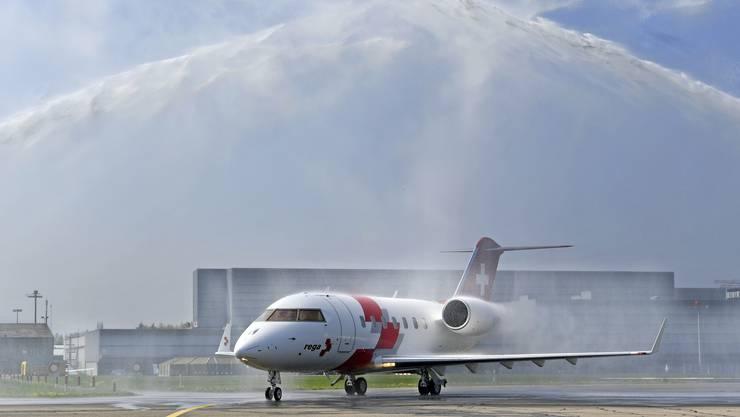 Der neue Ambulanzjet der Rega vom Typ Bombardier Challenger 650 wurde am Dienstag mit einer Wasserdusche empfangen.