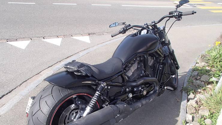 An der Harley-Davidson sowie am Helm entstanden ein Schaden von rund 3'000 Franken.