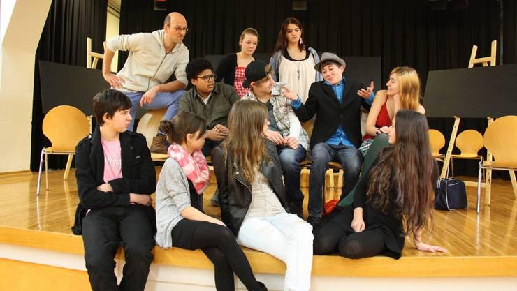 Theaterleiter Manfred Stenz (hinten links) ist nicht zufrieden. Romeo (gespielt von Sandro Wehrli) bringt die Aufführung in Gefahr. mch