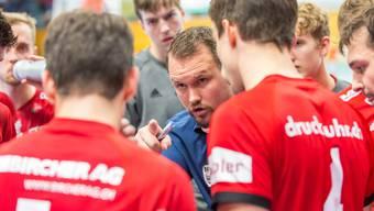 Misha Kaufmann (M.) schwört seine Mannschaft ein – im Spiel 4 der Playoff-Viertelfinalserie gegen Wacker Thun braucht der HSC Suhr Aarau am Dienstag unbedingt einen Sieg.