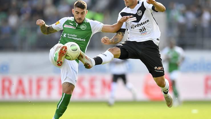 Harter Kampf ohne Sieger: St. Gallens Leonel Mosevich im Duell mit Luganos Alexander Gerndt