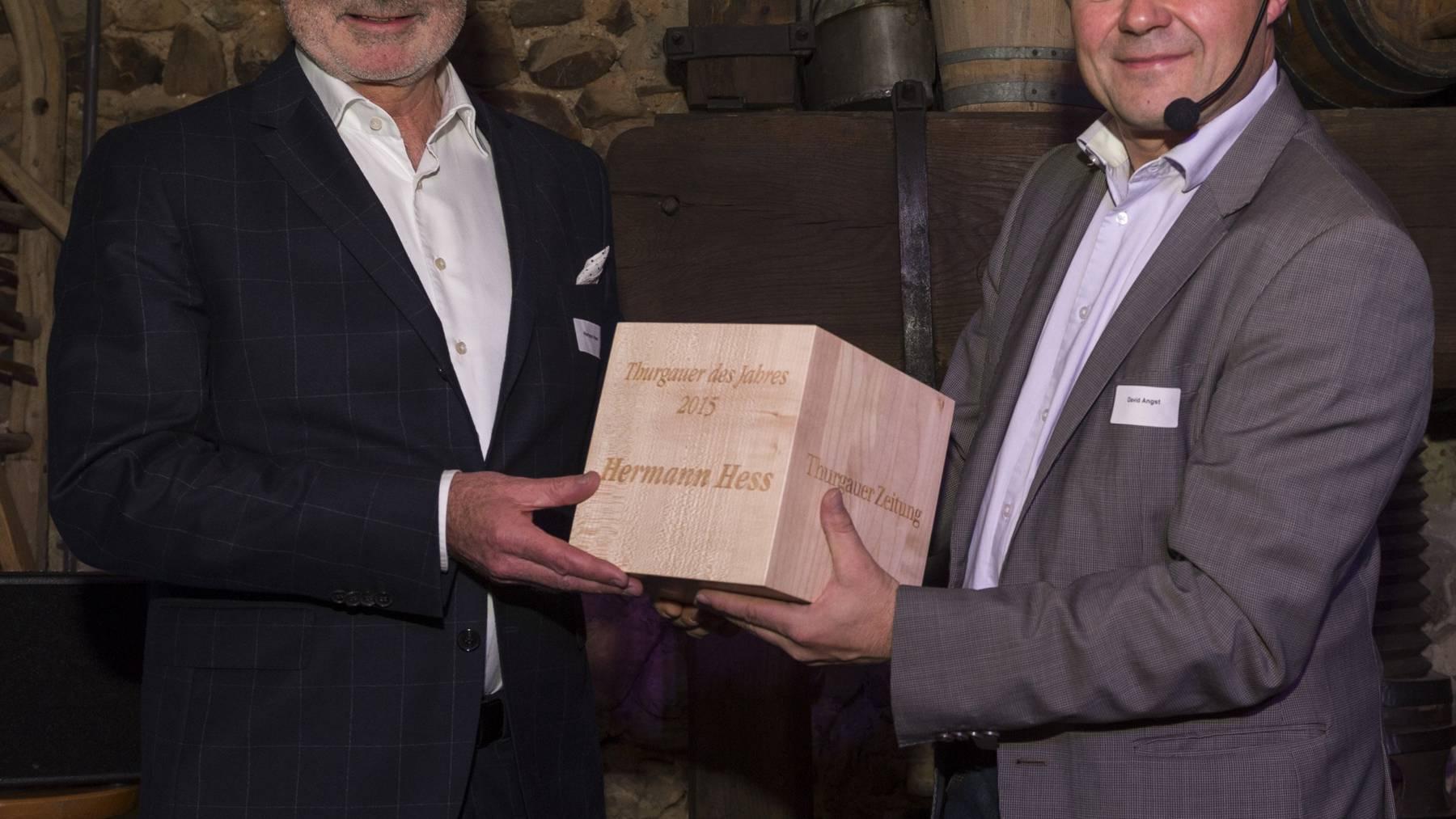 Jury-Präsident David Angst (rechts) ehrt den Thurgauer des Jahres 2015 Hermann Hess (links).
