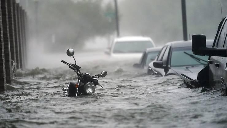 dpatopbilder - Fahrzeuge stehen auf einer überfluteten Straße. Hurrikan «Sally» ist an der US-Golfküste auf Land getroffen. Foto: Gerald Herbert/AP/dpa