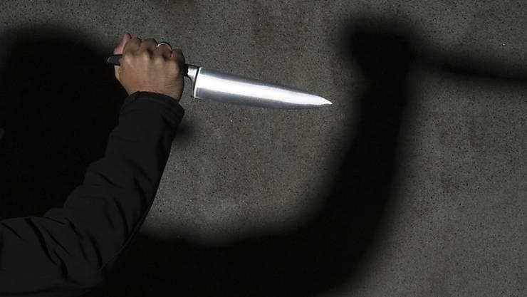 Eine junge Frau wurde in ihrer Wohnung mit einem Messer attackiert. Die Polizei hat ihren Ehemann festgenommen. (Symbolbild)