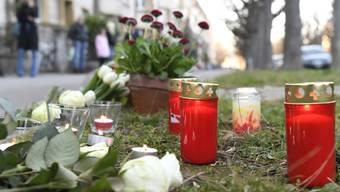 Blumen und Kerzen am Tatort in Basel, wo ein siebenjähriger Schulbub Opfer eines Tötungsdelikts wurde.