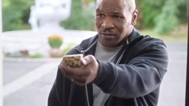 Mike Tyson bei seinem Versöhnungsbesuch bei Holyfield (Screenshot)