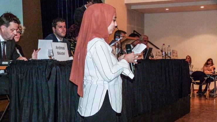 Die 22-jährige Valjbona Abazi tritt vor die Gemeindeversammlung und erläutert, weshalb sie sich einbürgern lassen will.