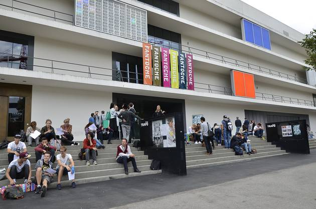 Trickfilm-hungrige Zuschauer warten vor dem Trafo-Kino