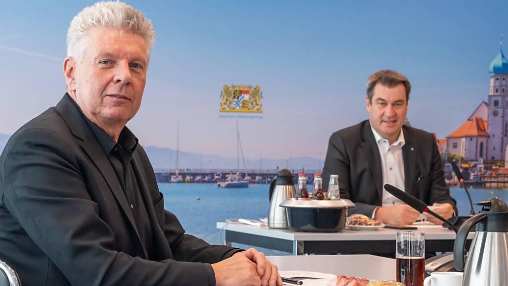 Dieter Reiter (l, SPD), Oberbürgermeister von München, und Markus Söder (CSU), Ministerpräsident von Bayern, unterhalten sich in der bayerischen Staatskanzlei zur diesjährigen Oktoberfest und zur Volksfest-Saison. Foto: Peter Kneffel/dpa