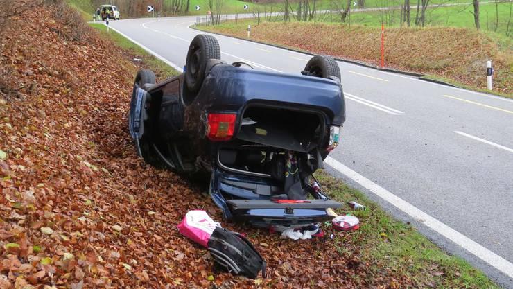 Küttigen, 28. November: Auto kam von der Fahrbahn ab und überschlug sich.
