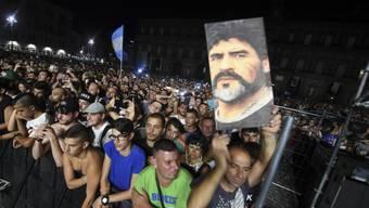 Fans auf dem Plebiscito Platz in Neapel feiern ihren neuen Ehren-Mitbürger Diego Maradona.